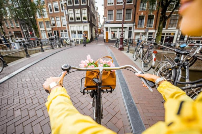 Zwei Hände auf einem Fahrrad Radfahren unten Amtserdam