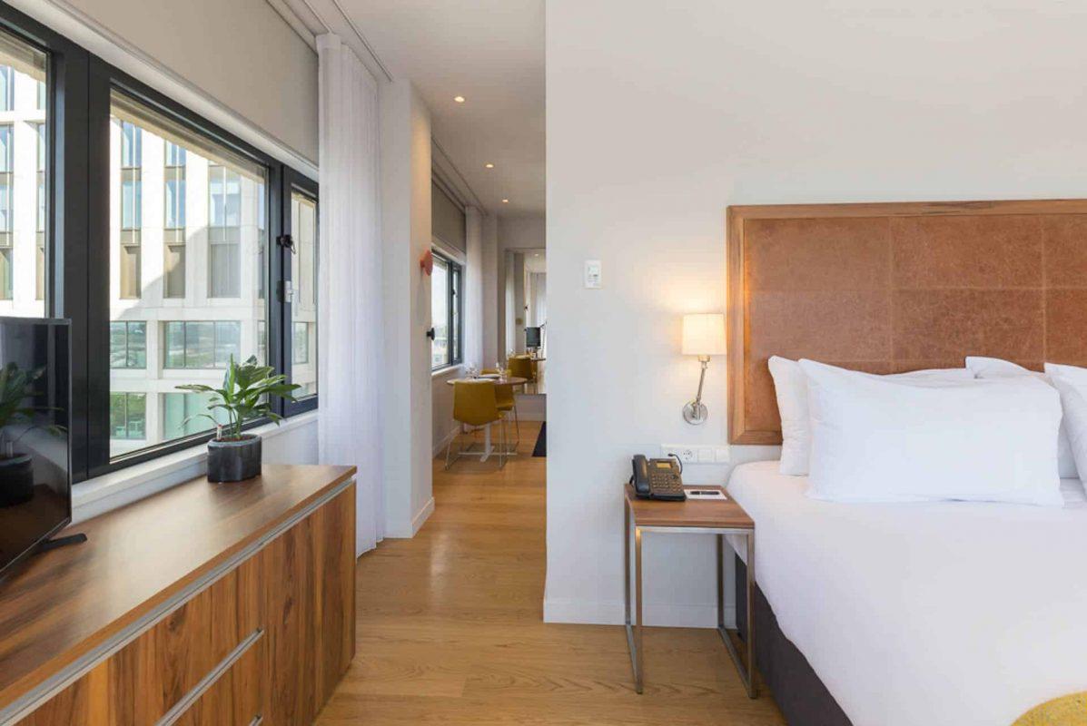 Corner One Bedroom Apartment Seitenansicht vom Bett PREMIER SUITES PLUS Rotterdam