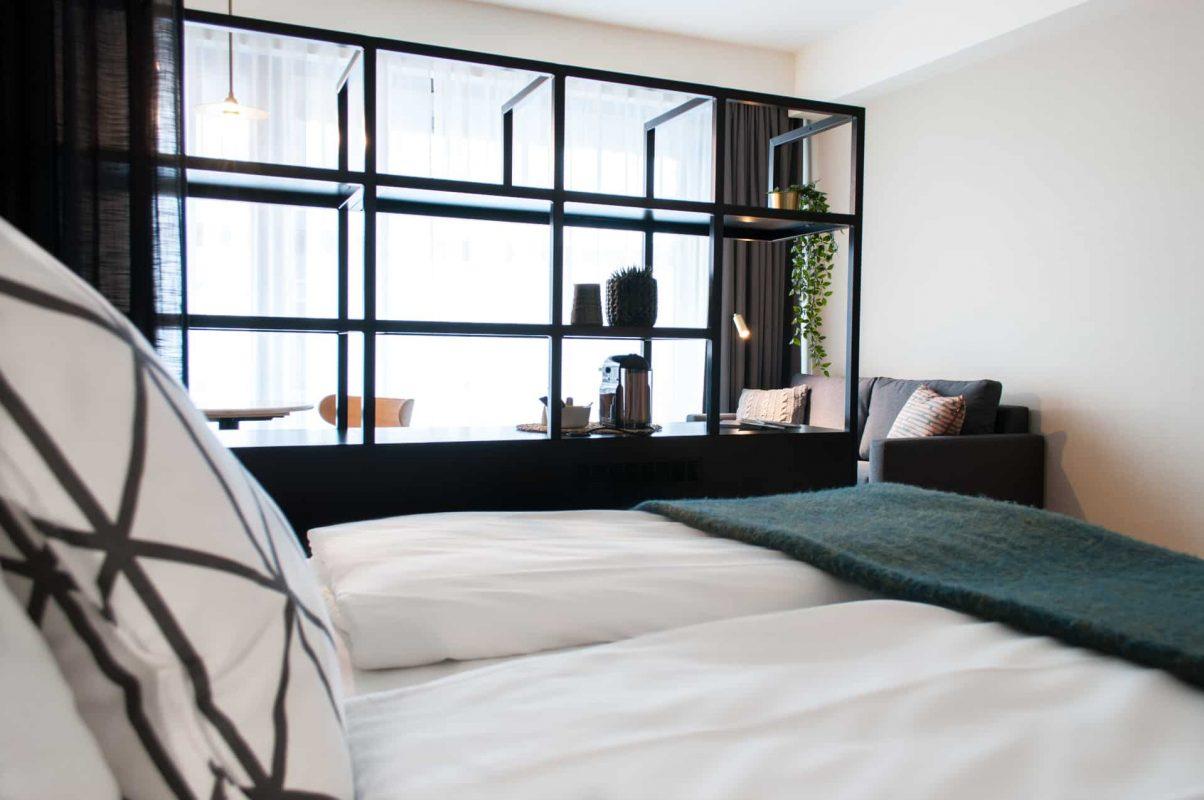 PREMIER SUITES PLUS Antwerp Deluxe Room Bed side