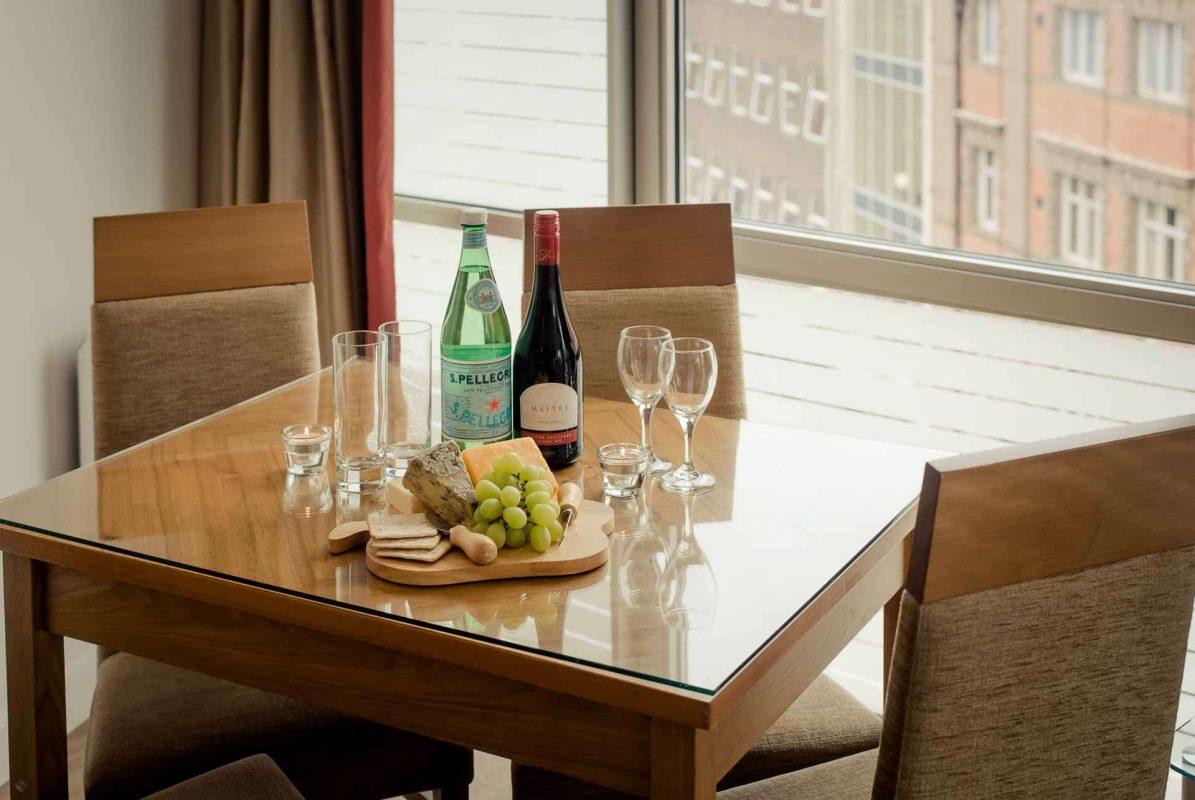 Table à manger garnie de vin et de fromage à PREMIER SUITES Liverpool