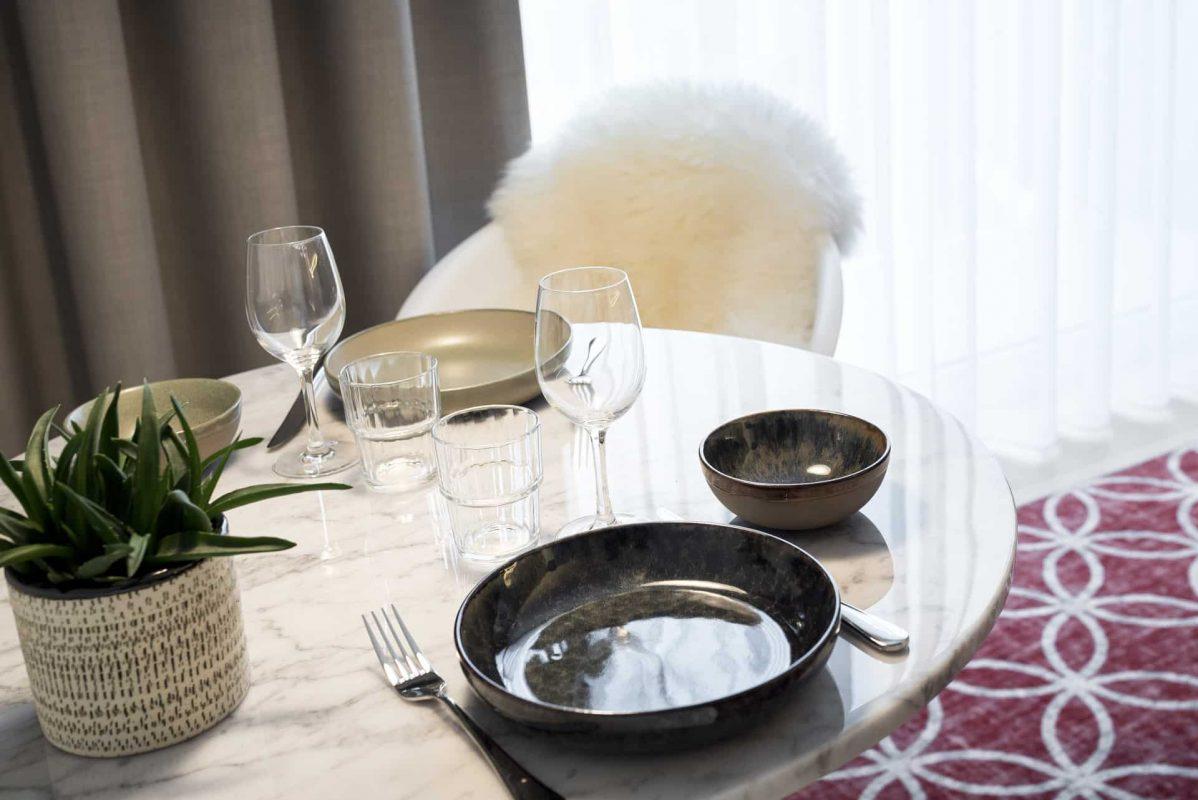 PREMIER SUITES PLUS Antwerp Penthouse Studio dining table