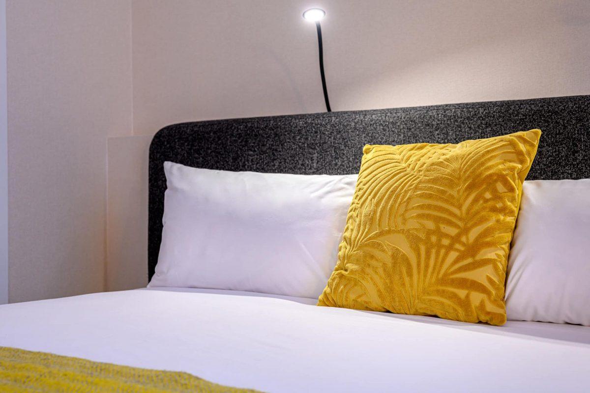 PREMIER SUITES PLUS Antwerp Executive Room Bed Pillows