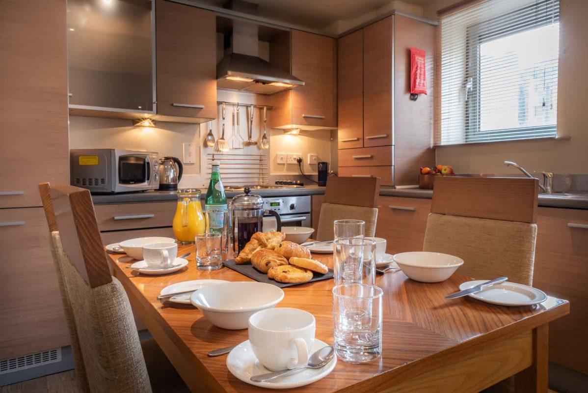 Voll ausgestattete Küche, eingerichtet für das Frühstück im PREMIER SUITES Newcastle