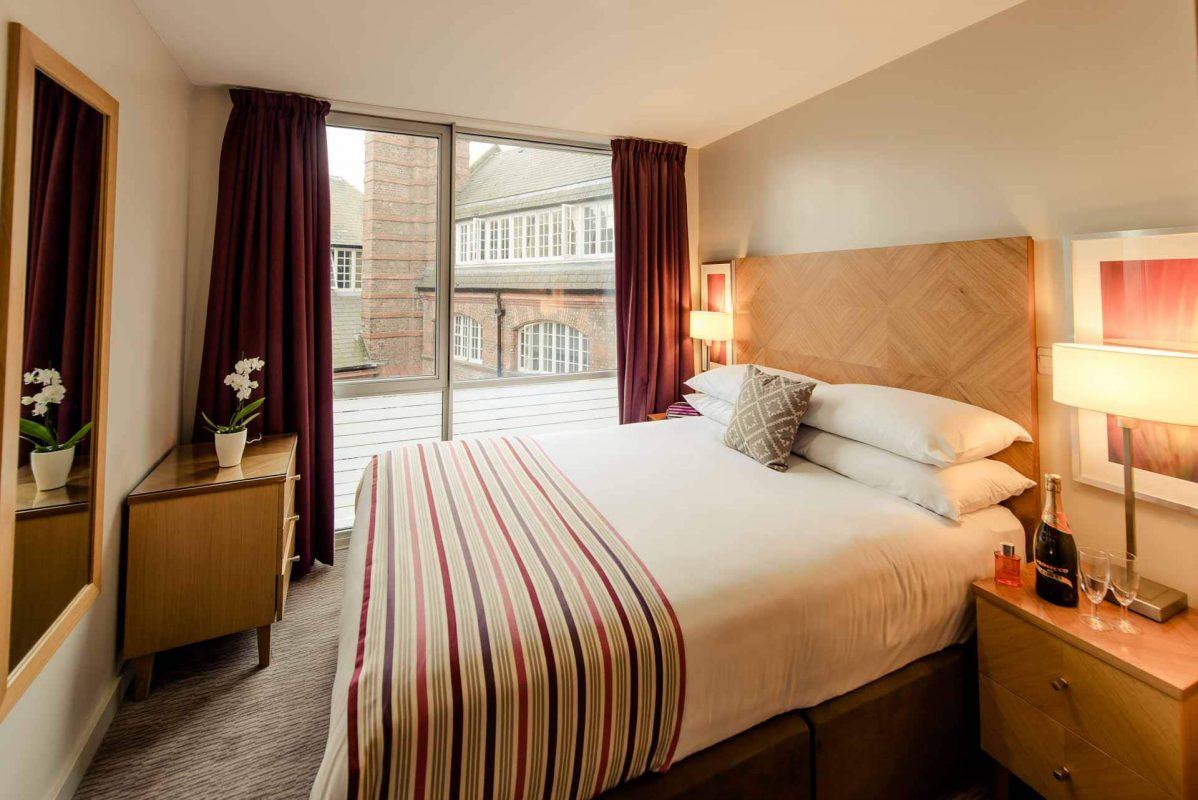 Grande chambre avec lit double et vue sur la ville à PREMIER SUITES Liverpool