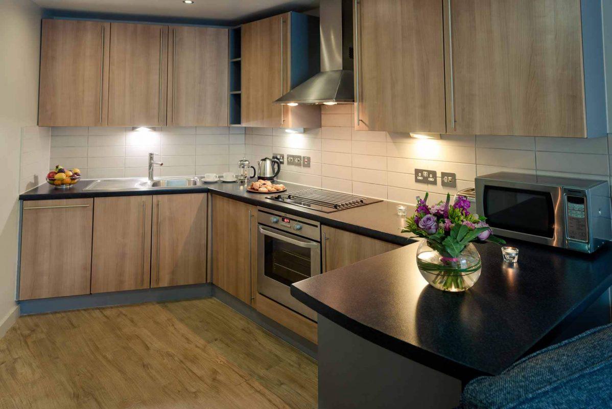 Grande cuisine avec tous les appareils et équipements à PREMIER SUITES Liverpool