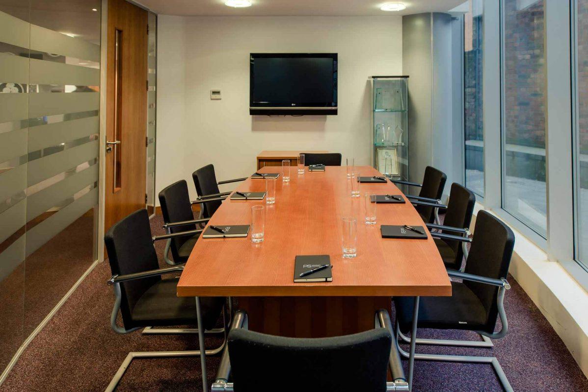 Salle de réunion avec eau et TV à PREMIER SUITES Liverpool