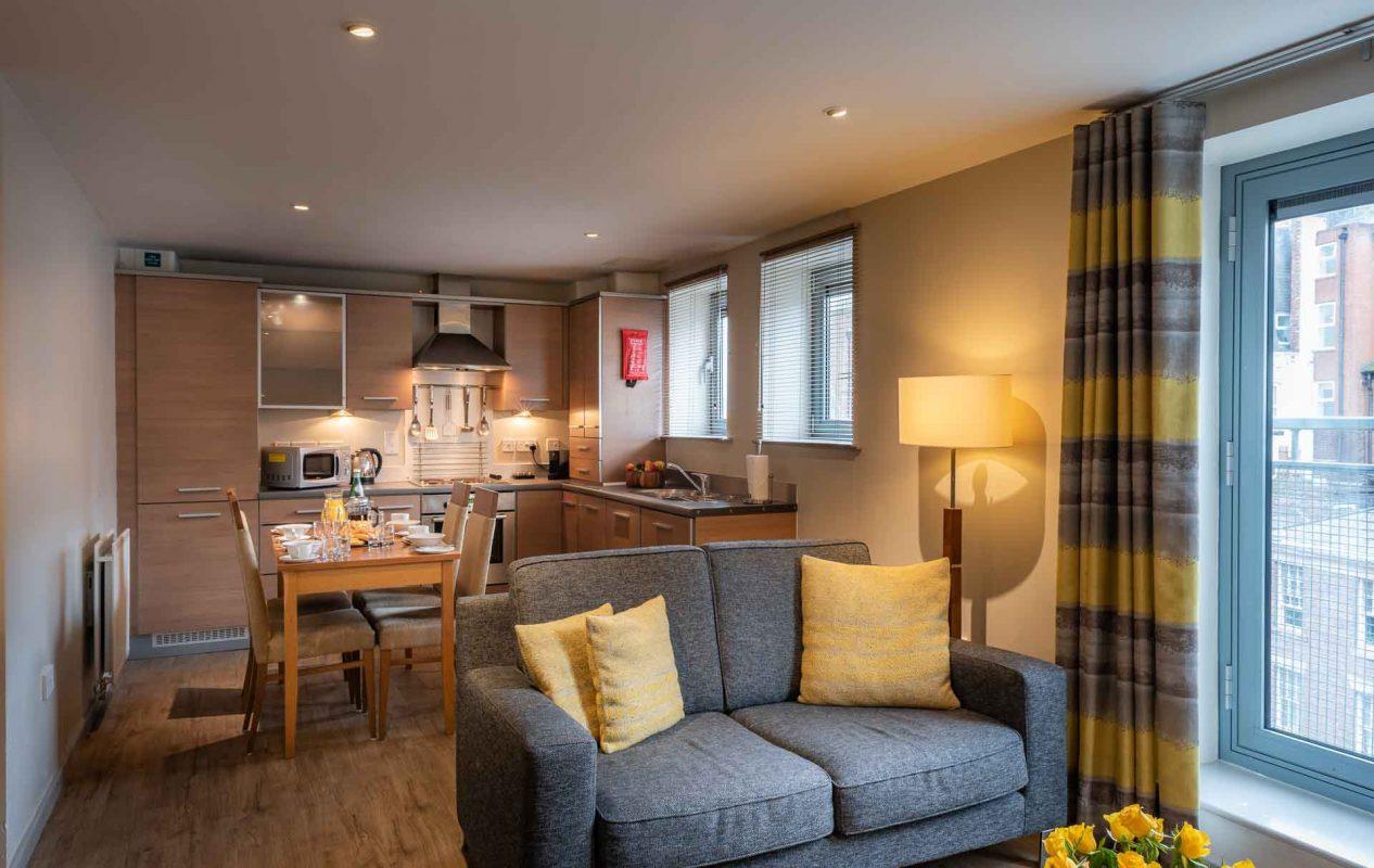 Offenes Apartment mit Sofa und Küche im PREMIER SUITES Newcastle