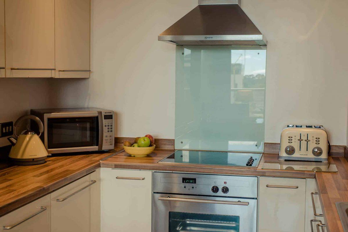 PREMIER SUITES Dublin Sandyford (Kitchen Closeup cooker)