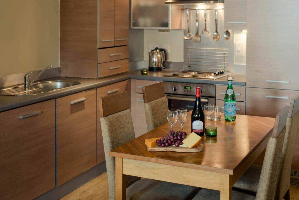 PREMIER SUITES Newcastle Moderne Küche und Essbereich