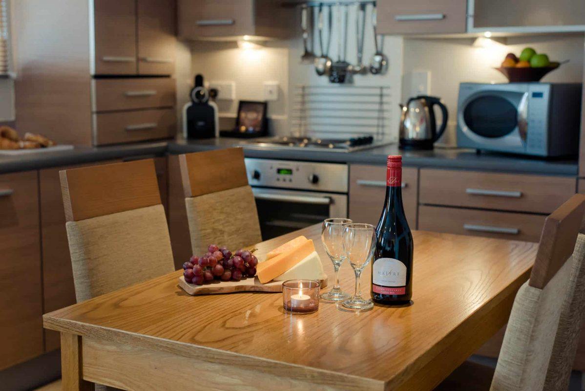 PREMIER SUITES Newcastle Esstisch mit Käse und Wein