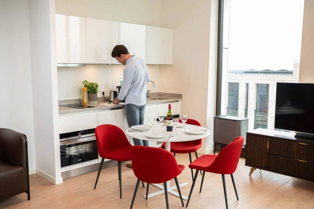 PREMIER SUITES PLUS Amsterdam Guest preparing dinner in Apartment