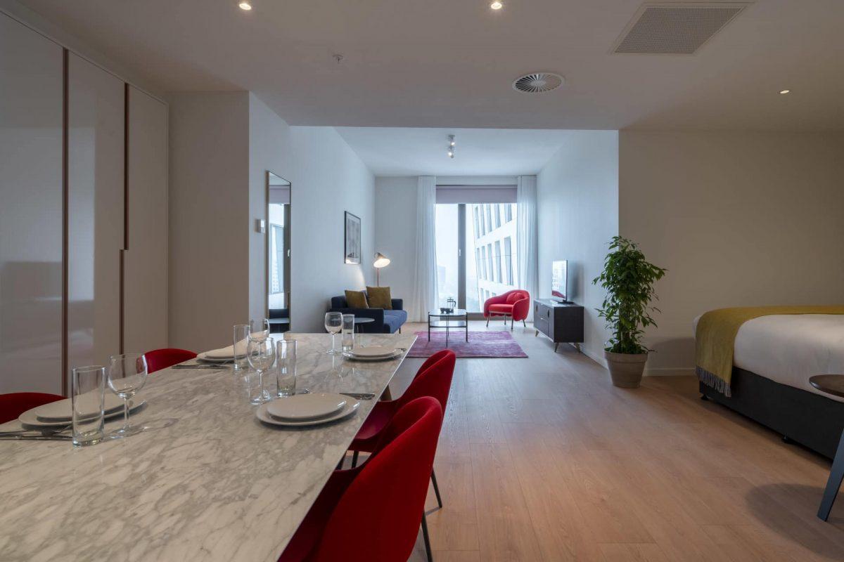 PREMIER SUITES PLUS Amsterdam XL Loft Dining Table