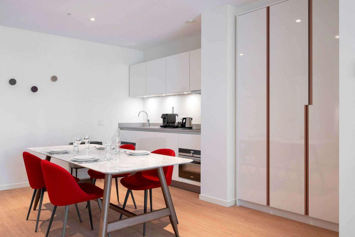 PREMIER SUITES PLUS Amsterdam XL Loft Table and Kitchen
