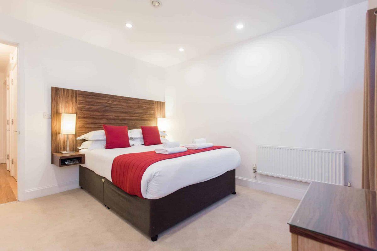 PREMIER SUITES PLUS Bristol Cabot Circus double bedroom