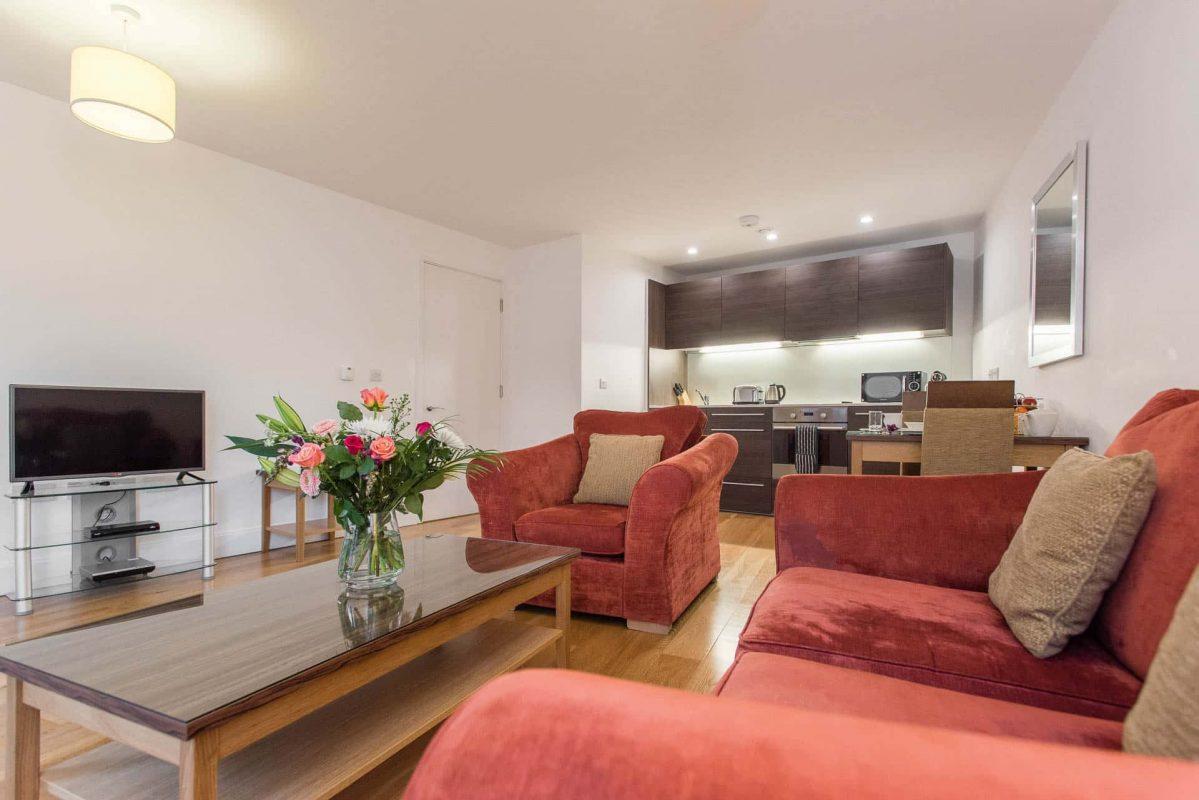 PREMIER SUITES PLUS Bristol Cabot Circus living area with kitchen