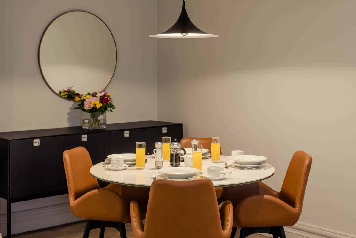 PREMIER SUITES PLUS Dublin Leeson Street Round Dining Table