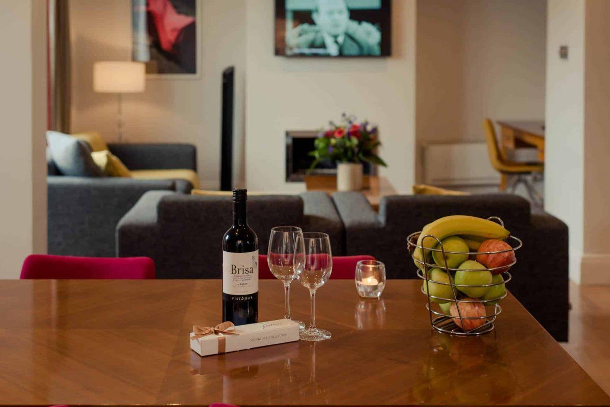 PREMIER SUITES PLUS Dublin Leeson Street fruit and wine on living room table