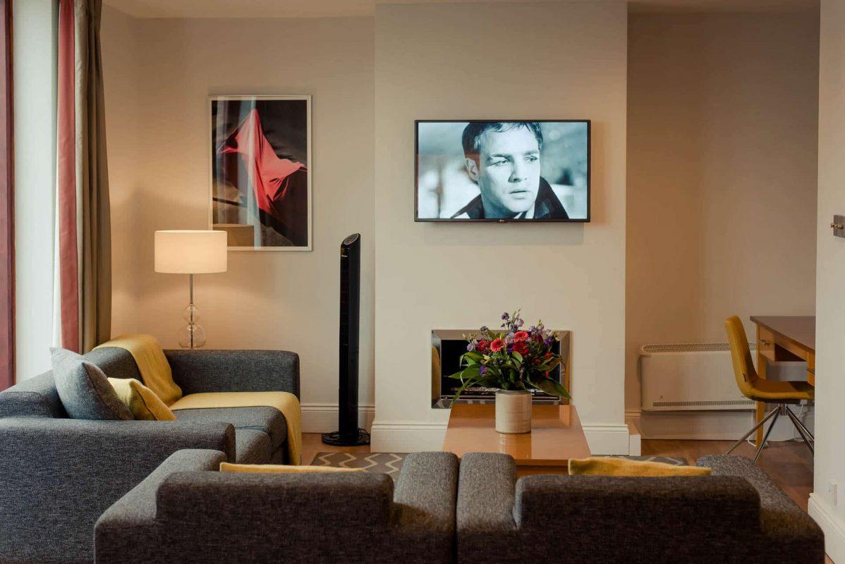 PREMIER SUITES PLUS Dublin Leeson Street living room tv