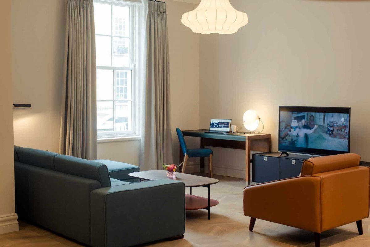 PREMIER SUITES PLUS Dublin Leeson Street living room with flat screen TV