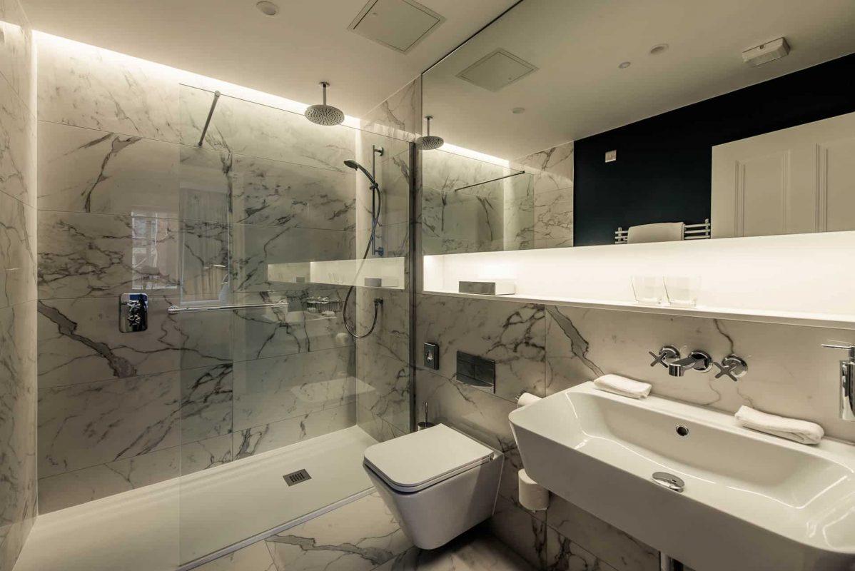 PREMIER SUITES PLUS Dublin Leeson Street luxury bathroom with rainfall showers