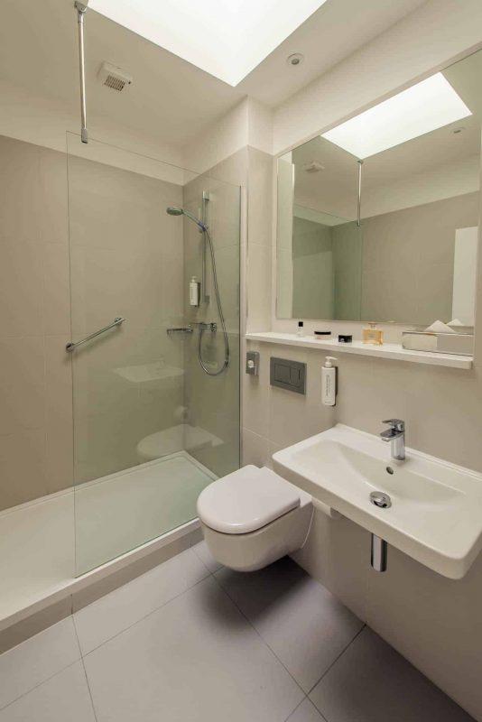 PREMIER SUITES Reading full bathroom mirror