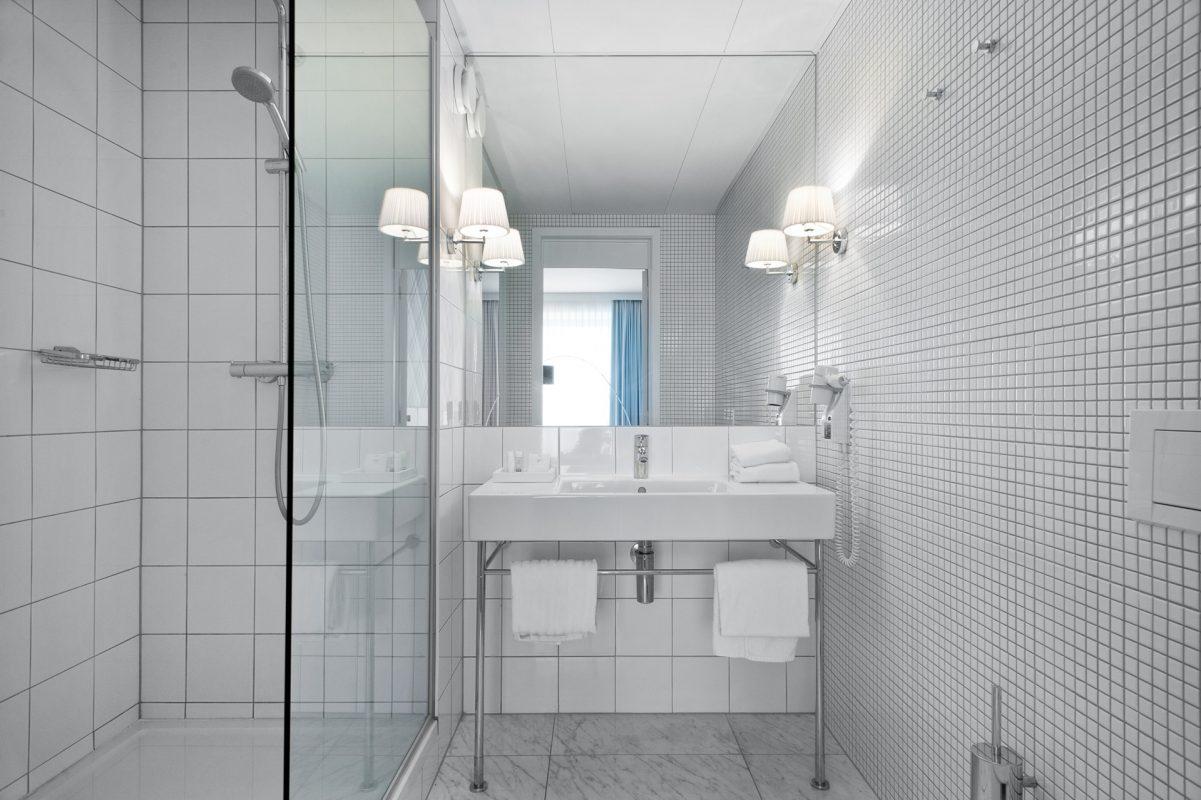 PREMIER SUITES PLUS Antwerpen Deluxe kamer badkamer