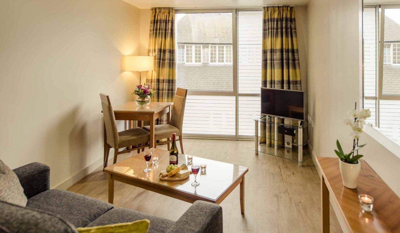 Salon avec café et table à manger à PREMIER SUITES Liverpool