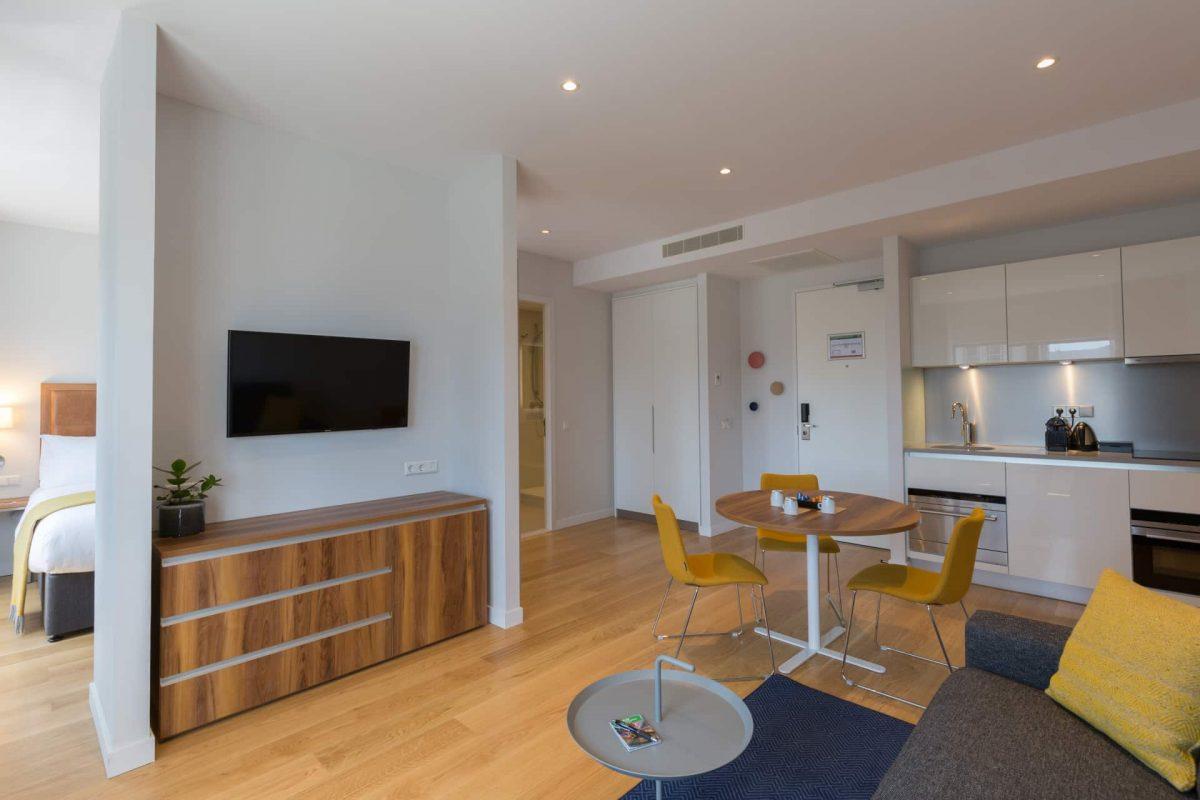 PREMIER SUITES Rotterdam Superior Ein-Schlafzimmer-Apartment Wohnzimmer und Küche