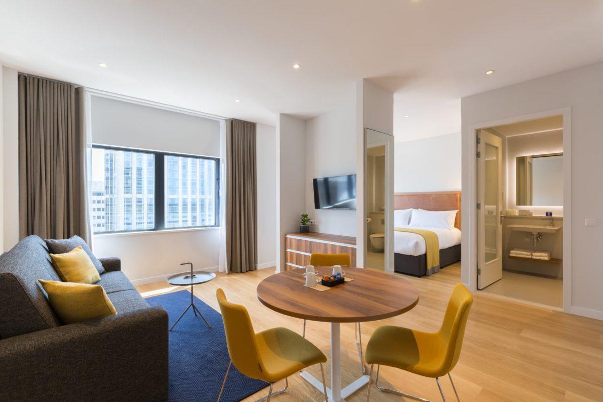 PREMIER SUITES Rotterdam Superior Ein-Schlafzimmer-Apartment Wohnbereich